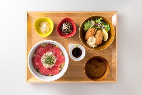 本マグロとズワイ蟹の二色丼と広島県産牡蠣フライ